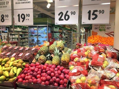 Du kan spare penger på å sammenligne priser på frukt og grønt i butikken.  Foto: Lena-Christin Kalle.