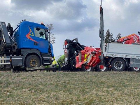 Lastebilen har kollidert inn i en putebil som hadde sperret et felt i forbindelse med et annet bergingsoppdrag på stedet. (Foto: Tobias Nordli)