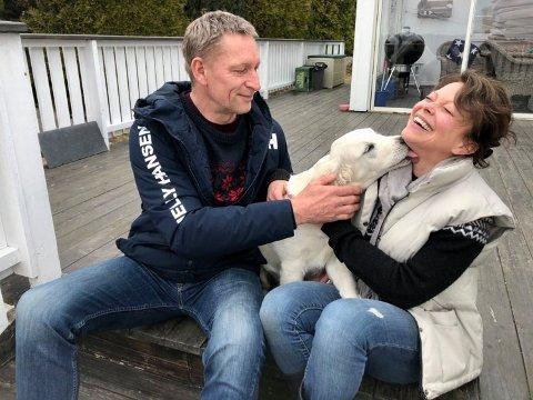 - Kona har ønsket seg hund i mange år og både hun og jentene har brukt mye energi på å overbevise meg, sier ordenssjef Inge Jensen. Her med kona Hilde og valpen på 16 uker.
