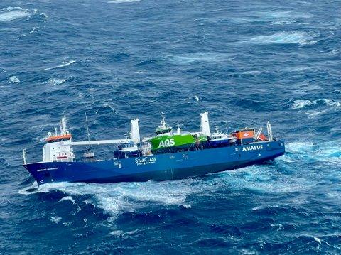 Det nederlandske lasteskip Eemslift Hendrik som har fått slagside i Norskehavet og har sendt ut en nødsignal etter at lasten har forskjøvet seg. Et redningshelikopter har hentet ut flere av mannskapet. Skipet ligger rundt 60 nautiske mil vest av Ålesund og skipet har fått en slagside på cirka 30 grader. Foto: Redningshelikopter Florø/ Hovedredningssentralen Sør-Norge / NTB