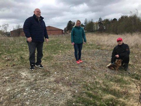 """Møtet hundeeier Trond Inge Larsen (til høyre) og hunden """"Bianca"""" hadde med Frp-politiker Ole Johan Lakselv og teknisk utvalg-leder Elin Tvete (Sp), ser ut til å gi resultater."""