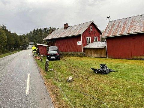 Bilen har først kjørt gjennom gjerdet, før den traff husveggen.