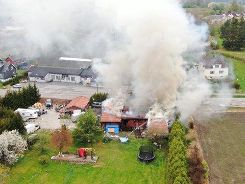 Alle beboere i huset er gjort rede for, meldte både politi og brannvesen etter at eneboligen tok fyr.