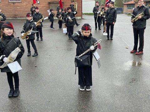 Sara Larsen Isøy (7)  retter på korpslua rett før sitt livs aller første marsjoppdrag på 17. mai med Fredrikstad janitsjarskole. Hun var mildt sagt spent før debuten.