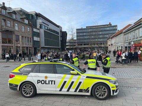 Politet hadde beredskap på Stortorvet og Fiskebrygga i Fredrikstad sentrum klokka 18.30. Etterhvert kom svært mange til Stortorvet, hvor det kom til sammenstøt.  Politistyrker fra hele Østfold og Follo ble tilkalt for å spre folkemengden.