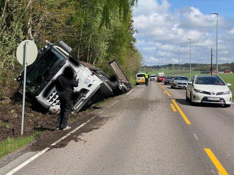 MANDAG FORMIDDAG: Trailer-ulykke i Skjeberg.