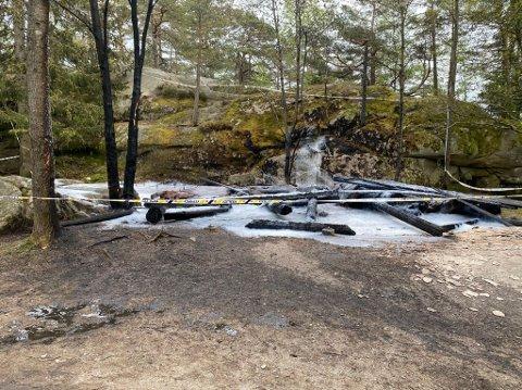 Politiet sperret av området der gapahuken hadde stått etter at brannvesenet hadde avsluttet sitt arbeid på stedet.