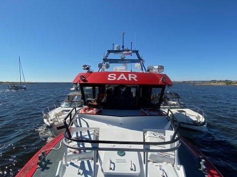 – Det er så mye å gjøre at vi tar to i slengen, sier skipper ombord i redningsskøyta RS172, Johan Leandersson. Her har RS172 med hjemmehavn Skjærhalden festet to båter til ripa. Båtene dras inn til henholdsvis Stokken og Tangen søndag ettermiddag etter grunnstøting og motorhavari.