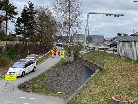 Masten på bomstasjonen over Rolvsøyveien står tydelig skjevt. Utover kvelden og natten vil veien være stengt i begge retninger. Det er bomselskapet Vegfinans som står for arbeidet, opplyser byggeleder Gisle Ørbæk Andersen i Viken  fylkeskommune.