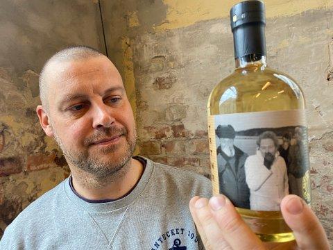 """Magnus Stensvik Wilhelmsen er mannen med ideen bak denne flasken """"«Akevitt Som Har Krysset Driter`n 2 ganger»."""
