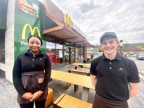 RÅBEKKEN: Rebecca Nzitoukoulou (18) og Peter Vooren (17) startet som sommervikarer i McDonald's på Råbekken i fjor.Nå er de klar for nok en travel sesong. Men en fersk undersøkelse fra Virke, viser at det trolig blir vanskelig for mange å skaffe seg sommerjobb i år.
