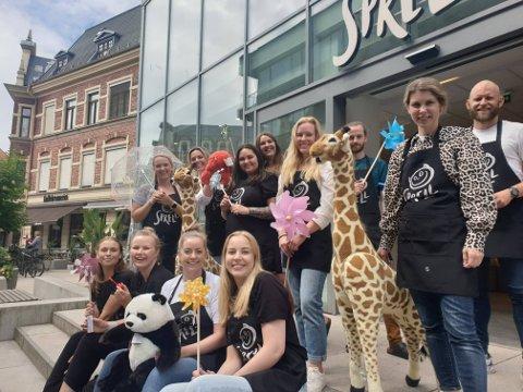 Denne gjengen fra Sprell var torsdag i full gang med fylle butikken i Bryggeriveien med leker, babyutstyr og andre produkter for barn. I første rekke fire som skal jobbe i butikken: Lydia Reilles (26), Mari Nordgård (27), butikksjef Ingrid Movik Nilsen (31) og Keren Pettersen (22). Selma Høyås (18) som også skal også jobbe i butikken, var ikke tilstede da bildet ble tatt.