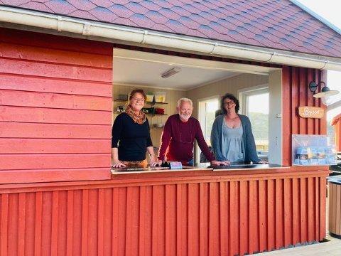 Fra venstre er Rita Wiborg, Paul Henriksen og Else-Marie Hansen klare til å ta imot gjester i Hvalers nye serveringssted, Byssa Strandkafé.