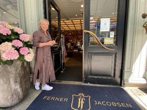 Daglig leder Kjersti Jensen i Ferner Jacobsen skal markere butikkens 50 årsjubileum i byen.
