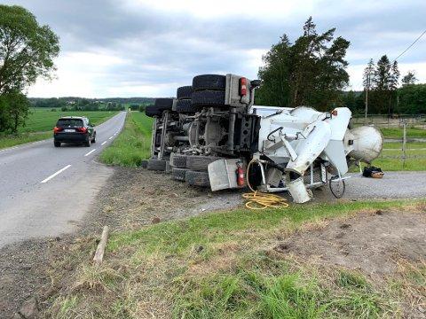Betongbilen ble liggende på veiskulderen. (Foto: Geir A. Carlsson)