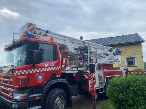 BRANNBIL: Lørdag morgen var brannbiler fortsatt på stedet i forbindelse med boligbrannen. (Foto: Henrik Høgmo Johansen / Moss Avis)