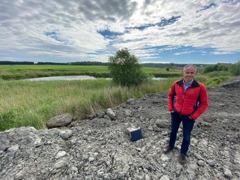 MDGs Erik Skauen ved Moumgropa, et våtmarksområde som ligger nordøst for Leca, tett inntil et fremtidig næringsområde på 350 mål. Gropa skal bevares.