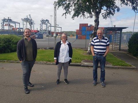 SVs Freddy André Øvstegård og Camilla Eidsvold besøkte havnedirektør Tore Lundestad fredag. SV er ett av de tre partiene på Stortinget som stemte for å sette av penger til  full utbygging av farleden til Borg Havn. Foto: Privat