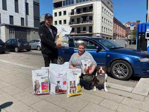 Samboerne Kim René Alfredsen (29) og Tuva Hagberg Andersen (25) har startet enkeltpersonforetaket Kim og Tuva's dyrefôrservice der de kan levere fôr hjem til sine kunder.