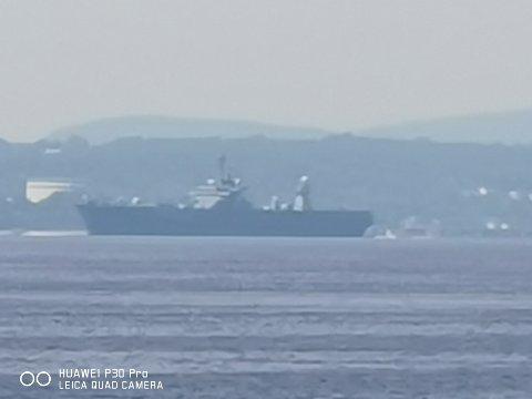 Det amerikanske fartøyet på vei ut Oslofjorden, sett fra Engelsviken i dag, lørdag.