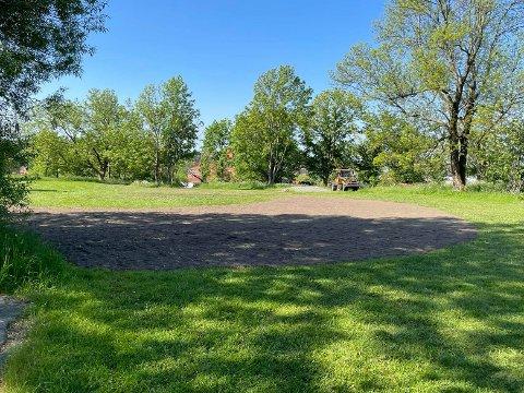 Kommunens mannskaper var denne uken på plass for å klargjøre et stort område sør i Bratliparken for planting og såing. Snart vil det være fullt av blomster – og forhåpentligvis summende innsekter – her.