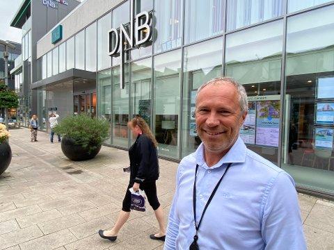 Banksjefen i DNB Østfold Sør, Øystein Undrum forteller om en stor utlånsvekst til boligformål hittil i år. Nå gleder seg til å åpne dørene for publikum igjen.