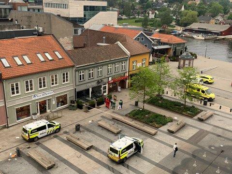 Et område på Stortorvet ble sperret av i 7.45-tiden mandag morgen etter funn av en død person.