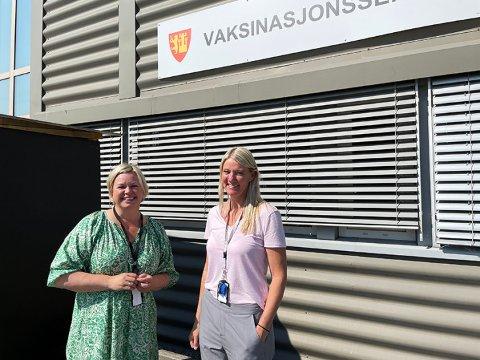 Snaut 200 Fredrikstad-innbyggere benyttet seg av drop-in-tilbudet i uken som gikk, opplyser Heidi Veland (t.v.), leder av korona- og vaksinasjonssenteret, og Inger Johanne Bråten, leder av vaksinasjonssenteret.