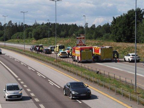 Nødetatene er på plass etter at en bil kjørte inn i auto vernet på E6 ved Missingmyr tirsdag ettermiddag.