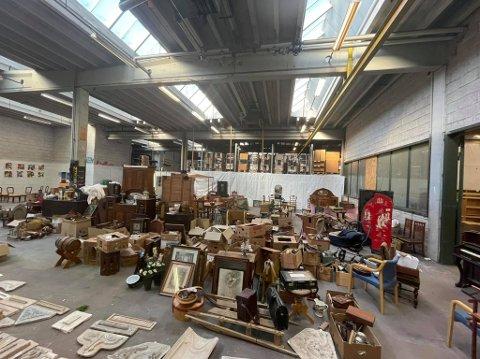 Alt du kan tenke av gjenbruksmøbler skal flyttes fra Moss til Onsøy. Gjenbruksfabrikken overtar Huseby Sag fra 1. august. Her et utsnitt av lageret på 4.000 kvadratmeter i Larkollveien.