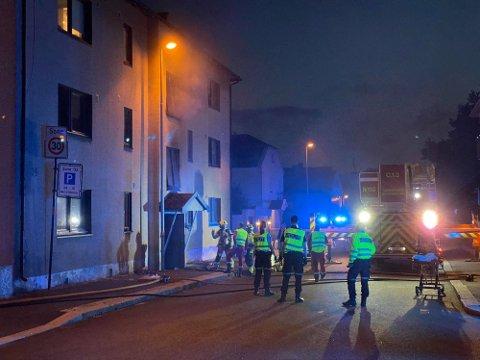 Nødetatene rykket sent torsdag kveld ut på en brann i en boligblokk i Sandesundveien i Sarpsborg sentrum. Foto: Tobias Nordli