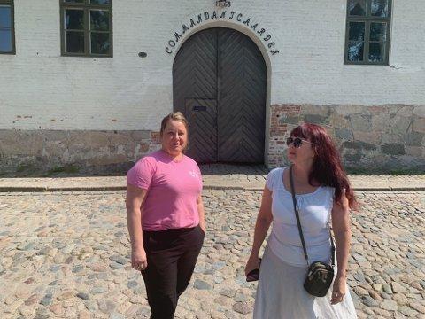 Camilla Olsen(t.v) overtar ansvaret for å leie ut Commandantgaarden og en rekke andre lokaler i Forsvarsbyggs eie fra august. –En veldig god ordning for Gamlebyen, mener turistsjef Maya Nilsen(t.h.) Foto:Ivar Brynildsen