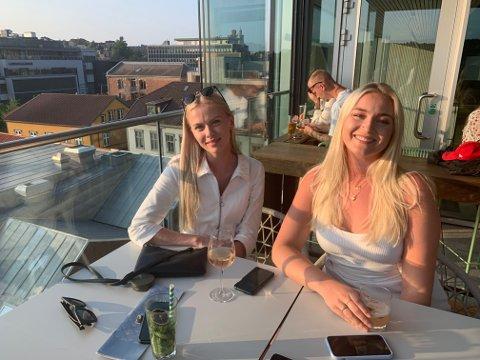 Astrid Riege og Alexandra Torjusen har bestilt bord i god tid, og nyter utsikten. De kommer hit så ofte de kan. Foto:Ivar Brynildsen