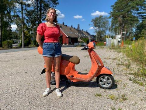 KJEDELIG SYN: Aurora Sundås (16) ble satt ut da hun så at den velholdte Vespaen hun kjører rundt med, var full av riper etter en badetur.