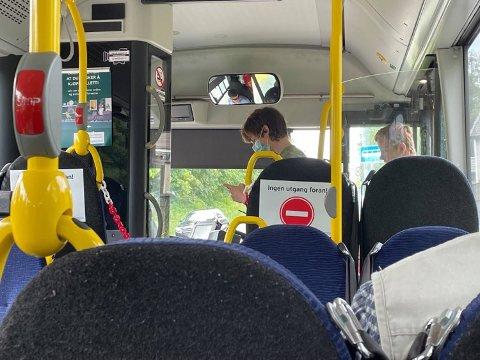 Lettelser i smittevernreglene gjør at Østfold-bussene kan ta imot passasjerer i den fremste døren.