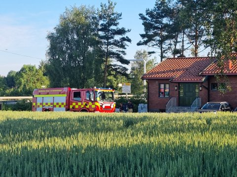 Brannvesenet har ankommet trafoen på Rolvsøy.