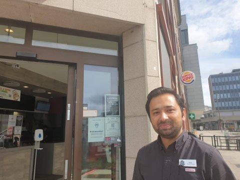 Drammenseren Ashan Riaz er ny sjef på Burger King.  33-åringen har installert seg i en leid leilighet i Fredrikstad, men planen er å flytte til Moss - midt mellom de to Burger King-restaurantene han driver.