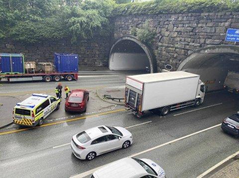 Store mannskaper ble tilkalt da denne lastebilen mistet tung last ut av sidedøren.