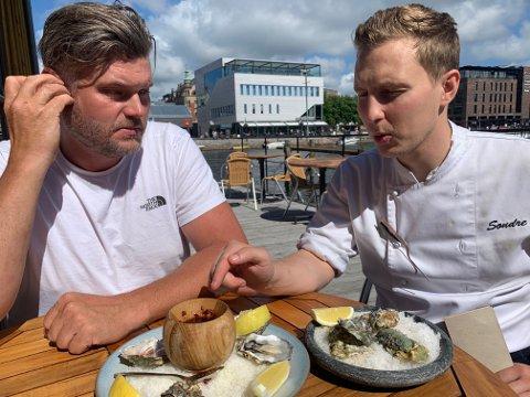 Petter Bjørge i Storm Østers nyter synet av østersene han hakkurat har levert til Slippen, og som nå serveres av kokk Sondre Knutsen Wiedswang på Slippen.