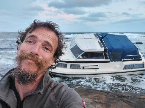 Lars-Erik Aabech hadde så vidt rukket å hente den nye båten sin før han fikk motorstopp. Det ble en dramatisk opplevelse i Hvaler-skjærgården.