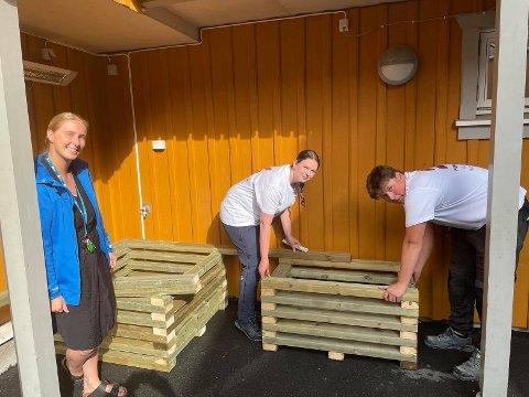 Madelén Skogman, frivillighetskoordinator i Blå Kors, gledet seg onsdag morgen stort til prosjektingeniør Susanne Andersen, lærling Anders Borge og kollegene deres i Nipas skulle bli ferdige med totalforvandlingen av uteplassen på Varmestua.