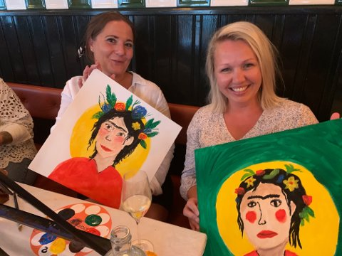 Lise Billington Bye og Camilla Winther hadde masse humor på egen bekostning underveis i et par  timer på på Paint'n Sip.
