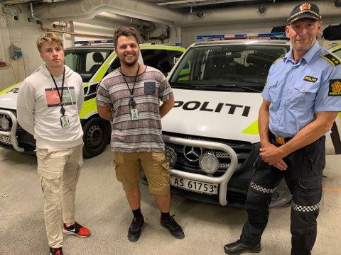Ordenssjef Inge Jensen ved Fredrikstad politistasjon viser studentene Karl Olav Nelvik(25) og Hans Andreas Kjelsås(20) rundt i garasjen.