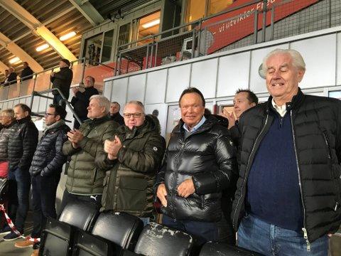 Terje Høili er glad for å kunne være tilbake på tribunen. Her sammen med blant annet Per-Egil Ahlsen, Dag Solheim og Ole Buskoven.