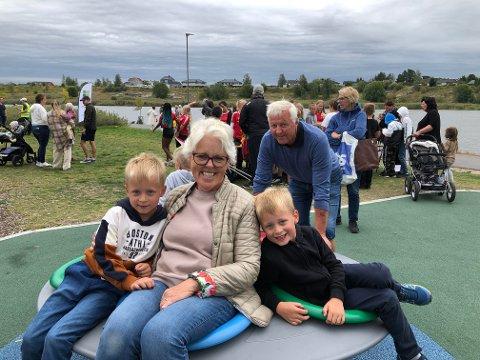 Kari og Brynulf Buvig Larsen tok med barnebarna Alexander og Martin på nabofesten i Verksbyen lørdag. Den nye bydelen skal romme 1.500 boenheter og ligger mellom Nabbetorp og Selbak.