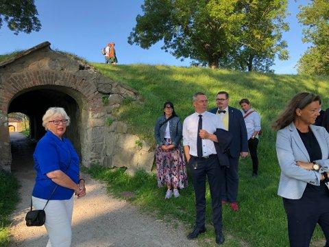 Forsvarsminister Frank Bakke-Jensen (i hvit skjorte) fikk se forfallet på blant annet portene i Gamlebyen. Inger Christine Apenes (til venstre) guidet ham rundt, fulgt av lokale Høyre-politikere og stortingsrepresentant Ingjerd Schou (til høyre).