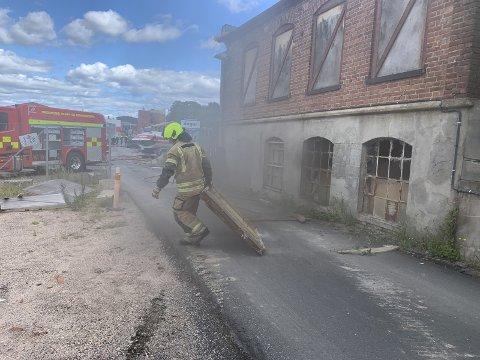 Det oppsto kraftig røkutvikling i lagerbygningen. FOTO: Geir A. Carlsson