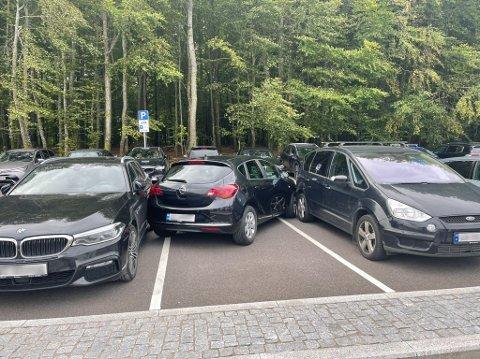 MYSTERIUM: Bilen som har forsøkt parkere på parkeringsplassen til Bøkeskogen, er et mysterium for de involverte bilene og politiet.