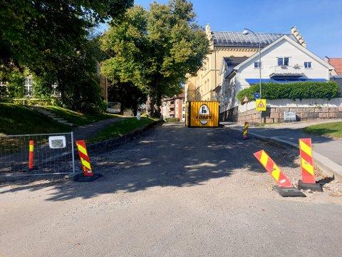 Asfalten er borte, veien er stengt. Slik har det vært siden før sommerferien, klager en leser.