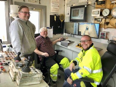 Eivind Fjeld (midten), sammen med gode kollegaer Lasse Sigvartsen (t.v.) og Lars Heie Nilsen (t.h.). Her i kontrollrommet på den gamle MIAG suger'n, styrer de begge losse apparatene til Denofa. Til sammen losser de ca. 500 tonn soyabønner i timen. Lossingen pågår 24/7 fra skipet klapper til kai, til den er utlosset, kun avbrutt av noen få regnstopp. Disse gutta stortrives med jobben på kaia, hvor både humør og vennskap er en viktig del av arbeidshverdagen.